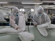 China Manufacturer Low Price Good Quality Medical Pretective Clothing Nonwoven Protection Suit in